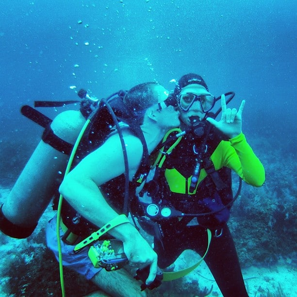 couples diving in belize